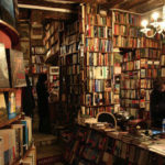 In una libreria, alla ricerca della felicità