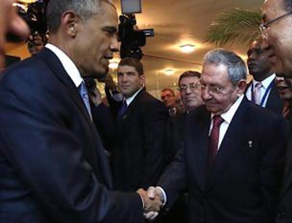 La stretta di mano tra Barack Obama e Raùl Castro