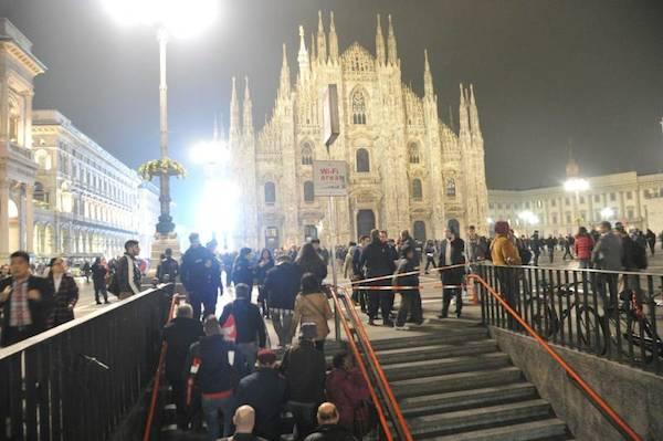 L'evacuazione della fermata Duomo della metropolitana a Milano giovedì 19 novembre 2015.