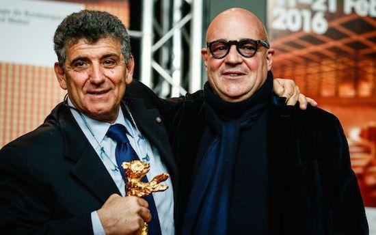 Il dottor Pietro Bartòlo con il regista Francesco Rosi. Il fim Fuocoammare ha vinto l'Orso d'Oro al Festival del cinema di Berlino.