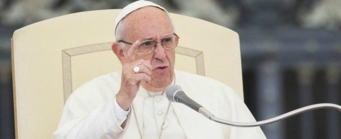 Il Papa: «Si salvano le banche e non i migranti»