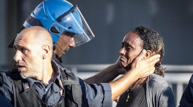 Gli sgomberi a Roma e il poliziotto con la donna eritrea